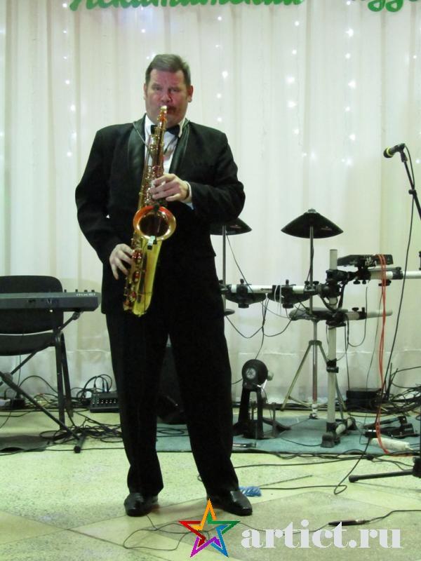 Выступление саксофониста с джазовой композицией.