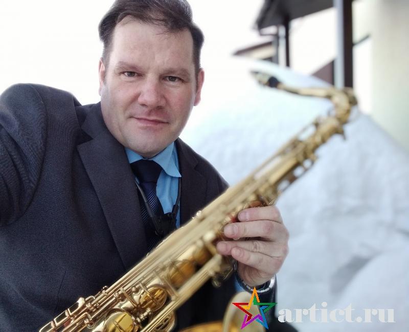 Перед выступление фото с саксофоном.