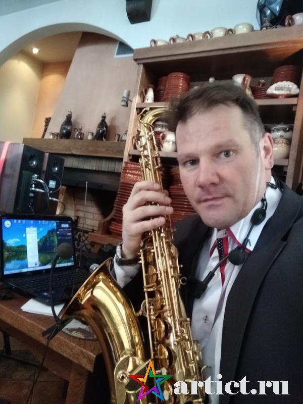 Выступление саксофониста на 8 марта перед женщинами.