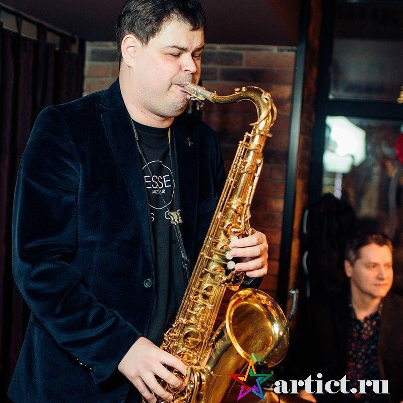 Саксофонист Роман Сурняев