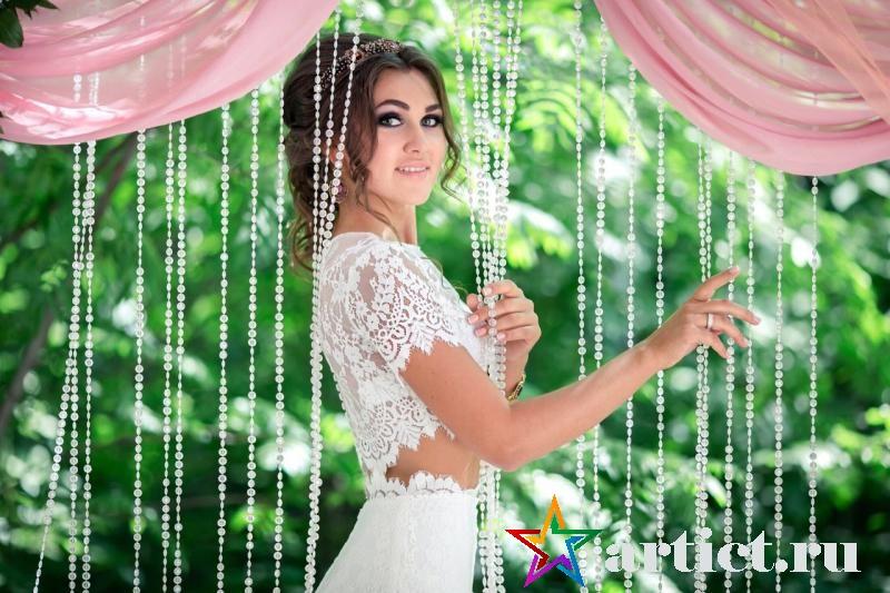 Невеста с удовольствием сфотографировалась у красивой арки после выездной регистрации. Свадебный декор в Новосибирске.