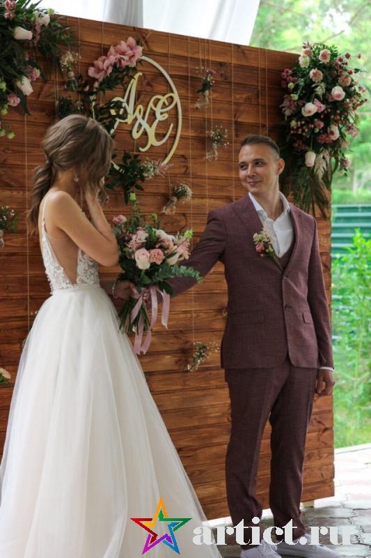 Во время выездной регистрации невеста растрогалась, когда жених ей преподнес букет живых цветов.